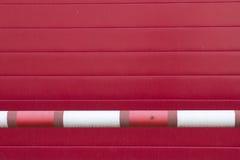 Κόκκινος πλαστικός ριγωτός τοίχος Στοκ φωτογραφίες με δικαίωμα ελεύθερης χρήσης