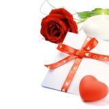 κόκκινος ρομαντικός φακέλων αυξήθηκε σύνολο Στοκ εικόνα με δικαίωμα ελεύθερης χρήσης