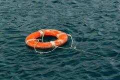 Κόκκινος σημαντήρας ζωής στο νερό Στοκ Φωτογραφίες