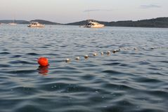 Κόκκινος σημαντήρας με τις βάρκες στο υπόβαθρο Στοκ Εικόνες