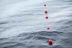 Κόκκινος σημαντήρας προσδέσεων γιοτ της μικρής ευρωπαϊκής μαρίνας βροχή Λίμνη δείτε Στοκ Εικόνες