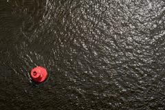 Κόκκινος σημαντήρας στην επιφάνεια νερού Στοκ εικόνες με δικαίωμα ελεύθερης χρήσης