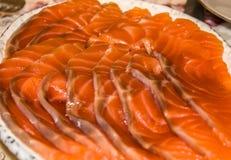 Κόκκινος σολομός ψαριών που τεμαχίζεται στις λεπτές φέτες Στοκ Εικόνες