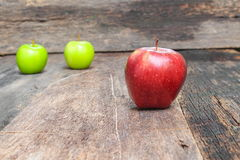 Κόκκινος στενός επάνω της Apple, στο ξύλινο διάστημα υποβάθρου και αντιγράφων Στοκ εικόνα με δικαίωμα ελεύθερης χρήσης