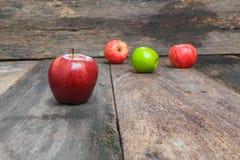 Κόκκινος στενός επάνω της Apple, στο ξύλινο διάστημα υποβάθρου και αντιγράφων Στοκ Εικόνες