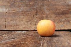 Κόκκινος στενός επάνω της Apple στο ξύλινο υπόβαθρο Στοκ φωτογραφία με δικαίωμα ελεύθερης χρήσης