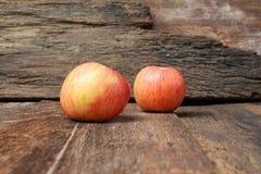 Κόκκινος στενός επάνω της Apple στο ξύλινο υπόβαθρο Στοκ Εικόνα
