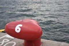 Κόκκινος στυλίσκος αριθμός έξι στο λιμένα της Οζάκα Στοκ φωτογραφίες με δικαίωμα ελεύθερης χρήσης