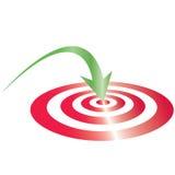 κόκκινος στόχος με το πράσινο βέλος Στοκ φωτογραφία με δικαίωμα ελεύθερης χρήσης