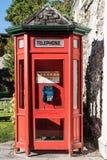 Κόκκινος τηλεφωνικός θάλαμος σε Arrowtown, Νέα Ζηλανδία Στοκ Εικόνες