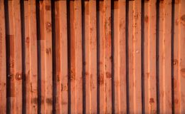 Κόκκινος τοίχος εμπορευματοκιβωτίων που χτίζεται ως προσωρινό γραφείο στοκ εικόνα με δικαίωμα ελεύθερης χρήσης