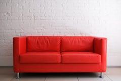 κόκκινος τοίχος καναπέδων τούβλου Στοκ Εικόνες