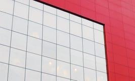 Κόκκινος τοίχος με το μεγάλο άσπρο παράθυρο του σύγχρονου εμπορικού κέντρου Στοκ εικόνα με δικαίωμα ελεύθερης χρήσης