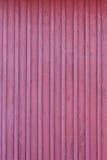 Κόκκινος τοίχος παγετού του ξύλινου σπιτιού στο χειμώνα Στοκ Φωτογραφίες