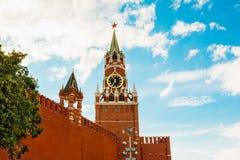 Κόκκινος τοίχος του Κρεμλίνου με τον πύργο Spasskaya Στοκ Εικόνες