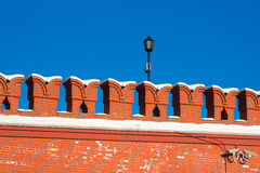 Κόκκινος τοίχος του Κρεμλίνου και ένας λαμπτήρας στα πλαίσια του σαφούς σκούρο μπλε ουρανού Στοκ Φωτογραφία