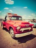 Κόκκινος τρύγος φορτηγών ρυμούλκησης Chevy 120-ν Στοκ εικόνες με δικαίωμα ελεύθερης χρήσης