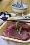 Κόκκινος τόνος με τη σάλτσα σόγιας και την κινεζική διακόσμηση Στοκ φωτογραφία με δικαίωμα ελεύθερης χρήσης