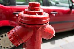 Κόκκινος υδροσωλήνας στομίων υδροληψίας πυρκαγιάς κοντά στο δρόμο Στόμιο υδροληψίας πυρκαγιάς για την πρόσβαση πυρκαγιάς έκτακτης Στοκ εικόνα με δικαίωμα ελεύθερης χρήσης