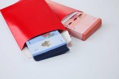 Κόκκινος φάκελος με τα χρήματα Στοκ φωτογραφία με δικαίωμα ελεύθερης χρήσης