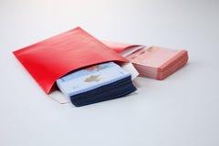 Κόκκινος φάκελος με τα χρήματα Στοκ εικόνα με δικαίωμα ελεύθερης χρήσης