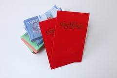 Κόκκινος φάκελος με τα χρήματα Στοκ φωτογραφίες με δικαίωμα ελεύθερης χρήσης