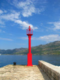 Κόκκινος φάρος στην προκυμαία - Κροατία στοκ φωτογραφίες