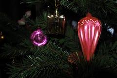 Κόκκινος φακός εκλεκτής ποιότητας παιχνίδια Χριστουγέννων στο νέο υπόβαθρο δέντρων έτους Στοκ Φωτογραφίες