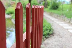 Κόκκινος φράκτης στο πάρκο στοκ εικόνες