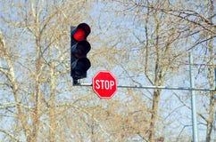 Κόκκινος φωτεινός σηματοδότης με το σημάδι στάσεων Στοκ φωτογραφία με δικαίωμα ελεύθερης χρήσης