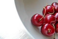 Κόκκινος χαρωπός στο άσπρο πιάτο στοκ φωτογραφία