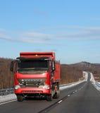 κόκκινος χειμώνας οδικών truck Στοκ εικόνα με δικαίωμα ελεύθερης χρήσης