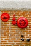 Κόκκινος ψεκαστήρας συναγερμών πυρκαγιάς και hidrant στον τούβλινο τοίχο Στοκ Φωτογραφία