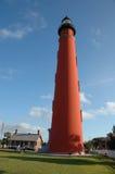κόκκινος ψηλός πύργος φάρ&omega Στοκ Φωτογραφίες