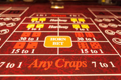 Κόκκινος Craps πίνακας στη χαρτοπαικτική λέσχη που λαμβάνεται κατευθείαν Στοκ εικόνα με δικαίωμα ελεύθερης χρήσης