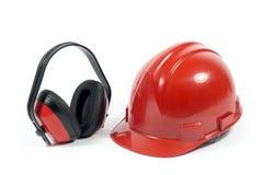 Κόκκινος Hardhat και αυτιών προστάτης που απομονώνεται στο λευκό στοκ εικόνες
