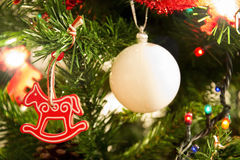 Κόκκινο άλογο χριστουγεννιάτικων δέντρων και άσπρη σφαίρα Στοκ Φωτογραφίες