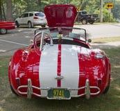 1965 κόκκινο άσπρο εναλλασσόμενο ρεύμα Cobra της Ford οπισθοσκόπο Στοκ Φωτογραφία