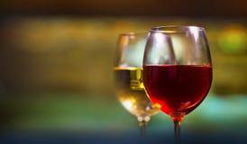κόκκινο άσπρο κρασί γυαλιών στοκ εικόνες