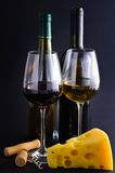 κόκκινο άσπρο κρασί τυριών Στοκ φωτογραφία με δικαίωμα ελεύθερης χρήσης