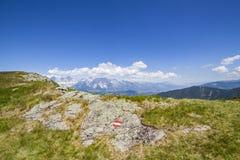 Κόκκινο άσπρο κόκκινο σημαδιών πεζοπορίας στο βράχο και το βουνό Dachstein Στοκ φωτογραφία με δικαίωμα ελεύθερης χρήσης
