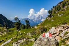 Κόκκινο άσπρο κόκκινο σημαδιών πεζοπορίας στο βράχο και το βουνό Dachstein Στοκ Εικόνες
