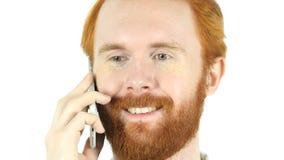 Κόκκινο άτομο γενειάδων τρίχας που χαμογελά και που μιλά σε Smartphone Στοκ Φωτογραφία