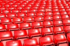 Κόκκινο άδειων θέσεων στο υπαίθριο στάδιο Στοκ Εικόνες