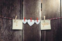 Κόκκινο έγγραφο καρδιά-που διαμορφώνονται και λέξεις της αγάπης Στοκ Εικόνες