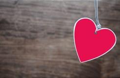 Κόκκινο έγγραφο καρδιών για το ξύλινο υπόβαθρο Στοκ Εικόνες
