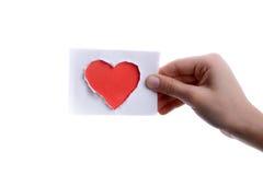 Κόκκινο έγγραφο μορφής καρδιών υπό εξέταση Στοκ φωτογραφία με δικαίωμα ελεύθερης χρήσης