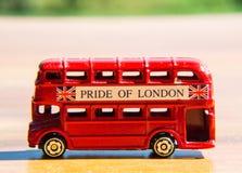 Κόκκινο λίγο μικρό λεωφορείο Βρετανοί Στοκ Εικόνες