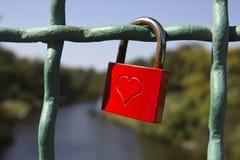 κόκκινο αγάπης κλειδωμάτ& Στοκ φωτογραφία με δικαίωμα ελεύθερης χρήσης