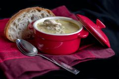 κόκκινο αγγείο και μια φλοιώδης φέτα του ψωμιού στοκ εικόνα με δικαίωμα ελεύθερης χρήσης